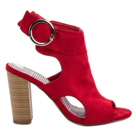 Erynn Röda sandaler på en bar