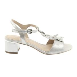 Sandaler med silverhattar. Caprice grå