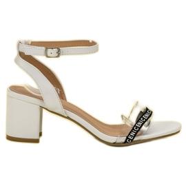 Ideal Shoes vit Snygga Suede Sandaler
