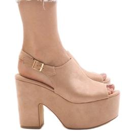 Rosa sandaler på en massiv 8263CA tegelsten