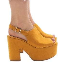 Gula sandaler på en massiv 8263CA tegelsten