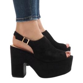 Svarta sandaler på en massiv 8263CA tegelsten