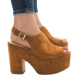 Kamel sandaler på en massiv 8263CA tegelsten