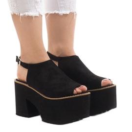 Svarta sandaler på den massiva B8290 tegelstenen
