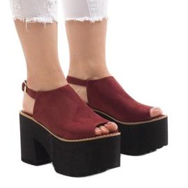 Bourgogne sandaler på en massiv B8290 tegelsten