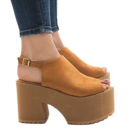 Brun Kamel sandaler på en massiv B8290 tegelsten