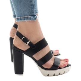 Svarta sandaler på HP-27-posten