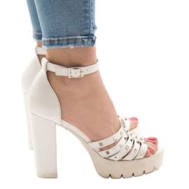 Vita sandaler på HQ8682-stolpen