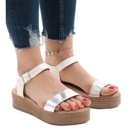 Vita sandaler på plattformen 22-07