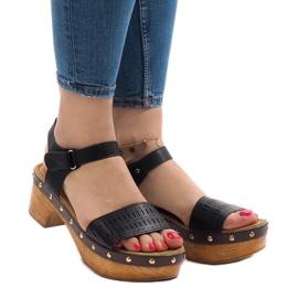 Svarta sandaler på FM4142-plattformen