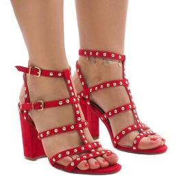 Röda sandaler på stolpen 168-163