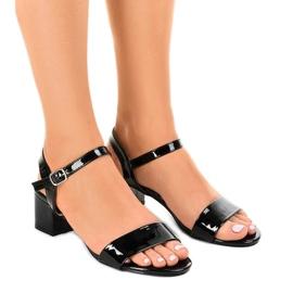 Svarta sandaler på Qla-93 lackerat stolpe