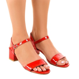 Röda sandaler på Qla-93 lackerat stolpe