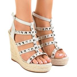 Gråa sandaler på halmkil 9529