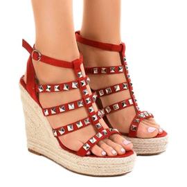Röda sandaler på halmkil 9529