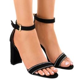Svarta sandaler på stolpen med A8020-paljetter