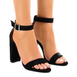 Svarta sandaler på stolpen med spänne 369-18