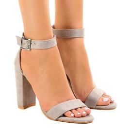 Gråa sandaler på stolpen med spänne 369-18