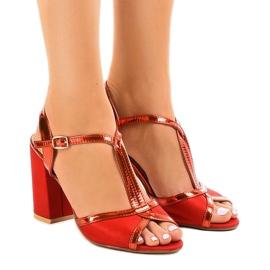 Röda sandaler på mockelpelaren WED503