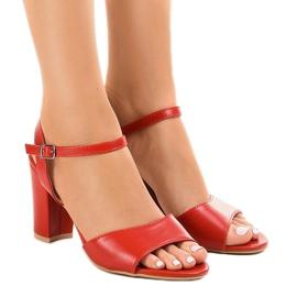 Röda sandaler på posten exponerad FZ583