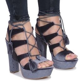 Grå sandaler på en stolpe tillverkad av One Love-velour