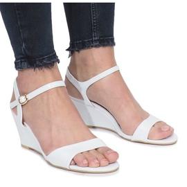 Vita lackerade sandaler på en delikat drottkilklack brun